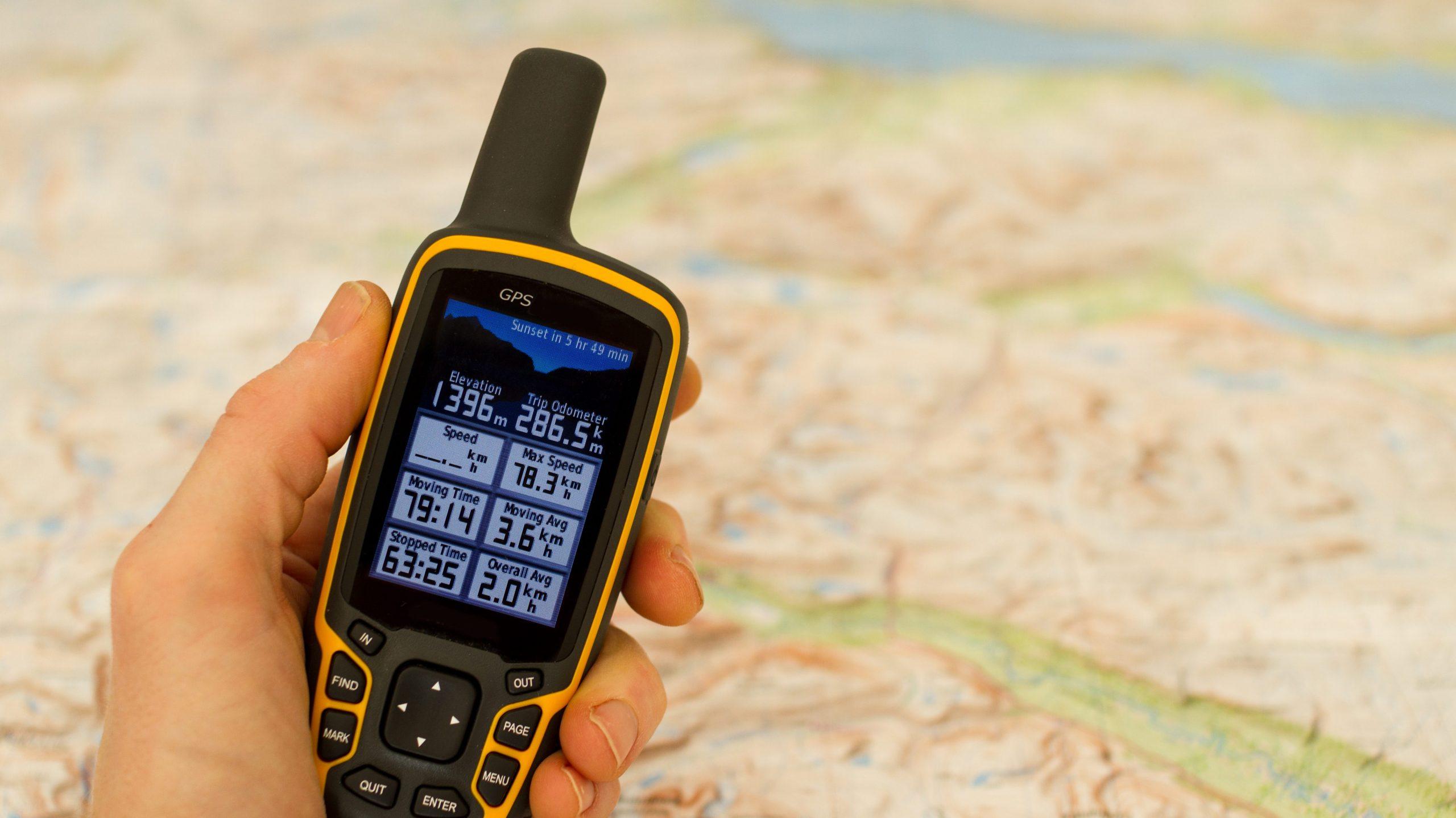 GPS Gerät über einer Landkarte