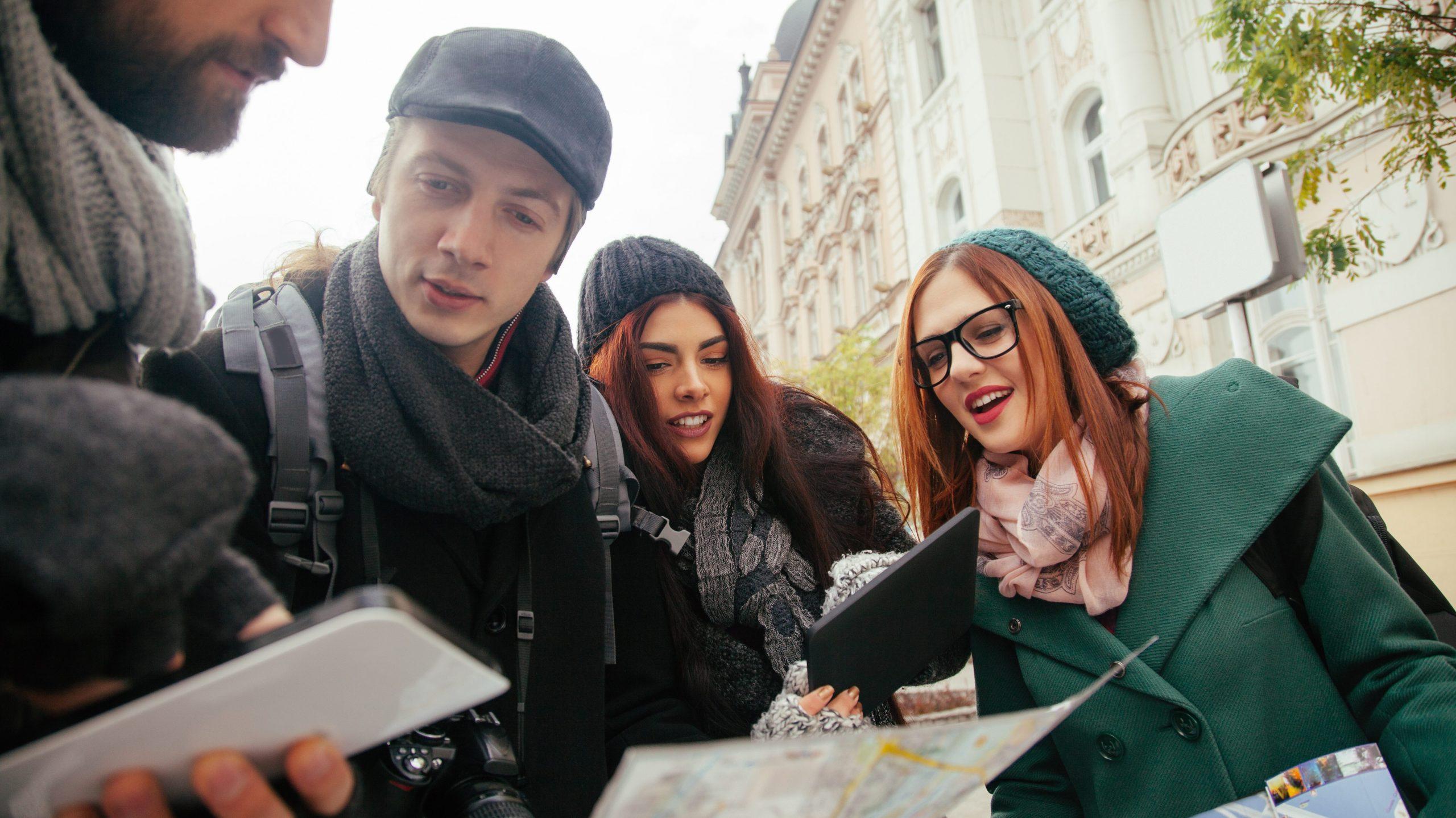 Vier junge Menschen bei einer iPad-Rallye