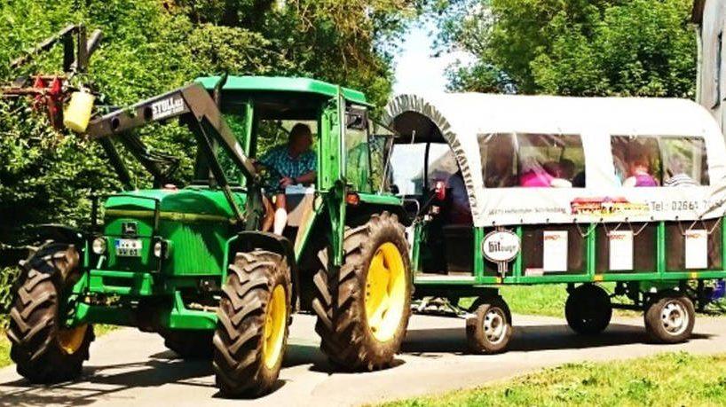 Traktor mit Planwagen