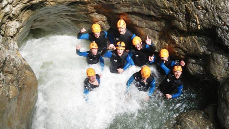 Teilnehmer Canyoning an einem Wasserfall