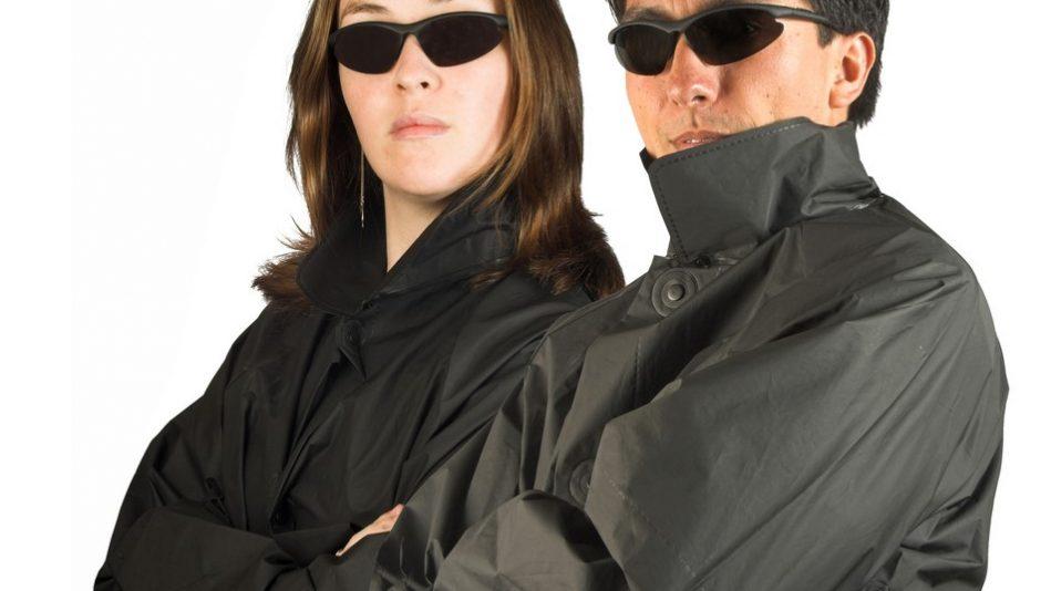 Mann und Frau in Trenchcoats