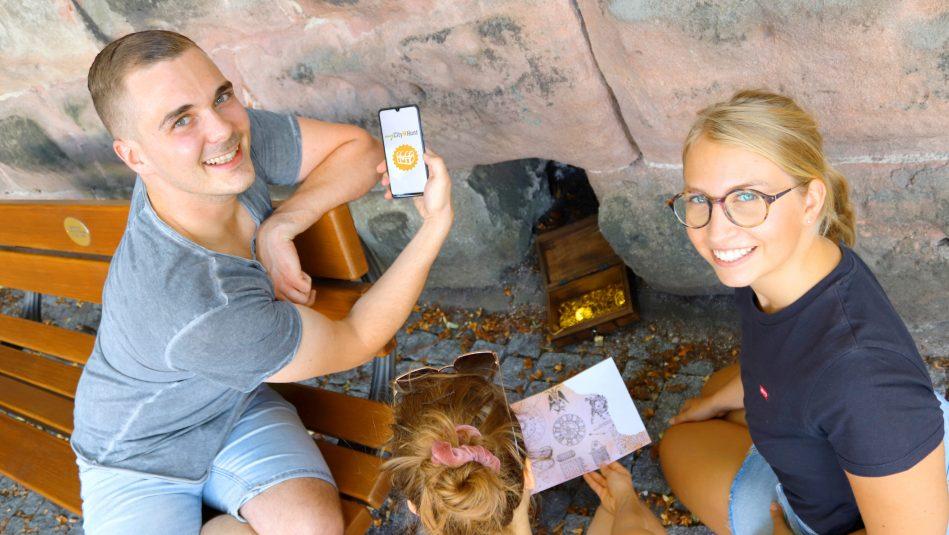 Teilnehmer des Spiels mit Materialien