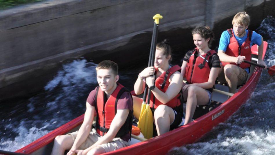 Vier Kanufahrer in ihrem Boot