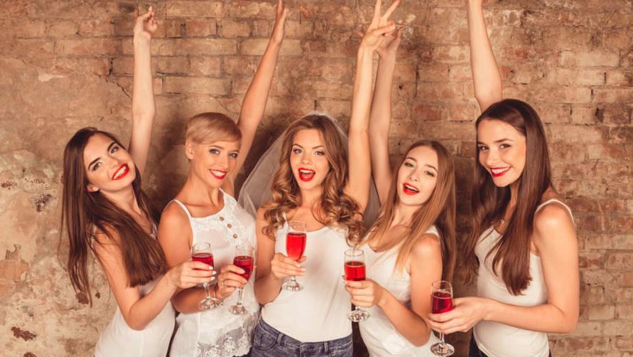 Fünf Frauen mit einem Sektglas in der Hand